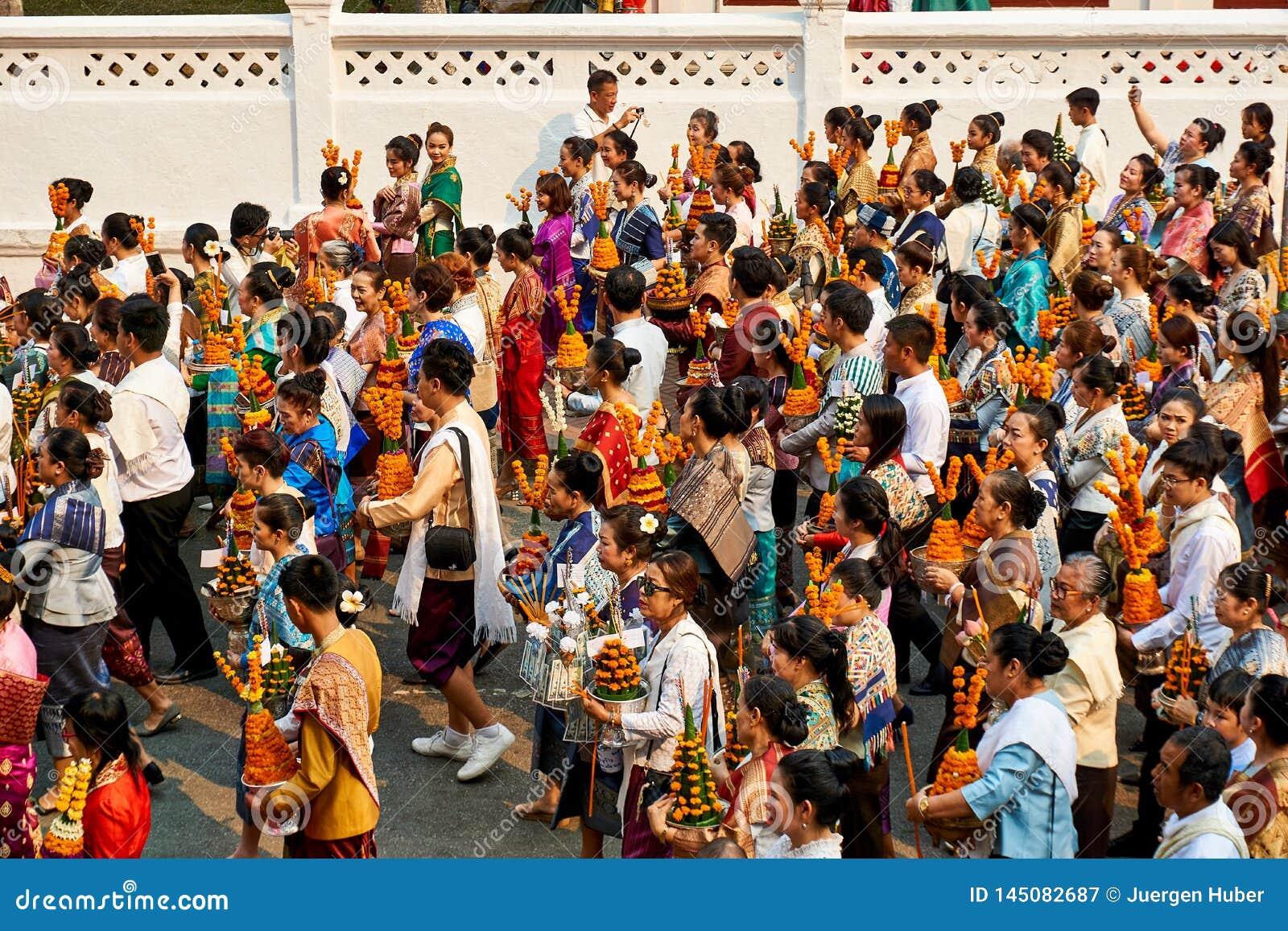 LUANG PRABANG, LAOS - 17 DE ABRIL 2019 Povos locais do Lao que comemoram o MAI do pi Lao New Year Parade, festival