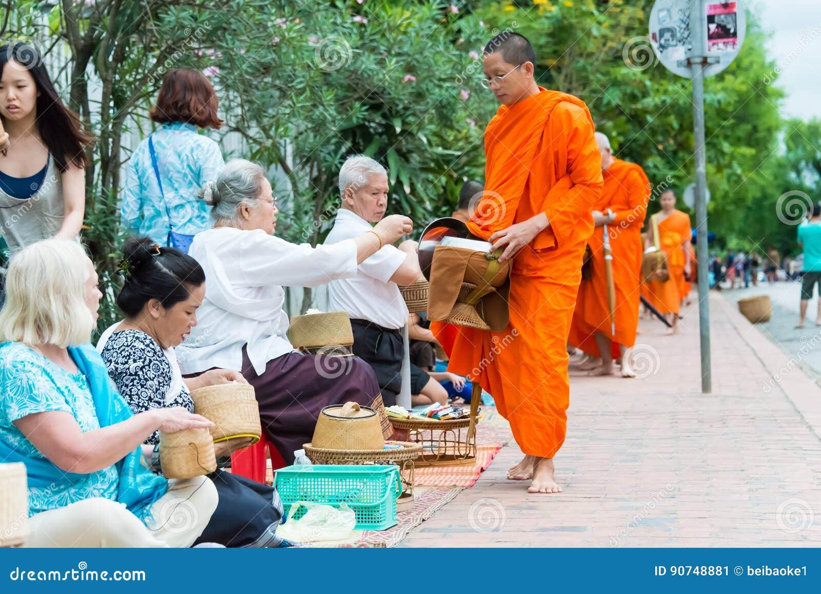 Luang Prabang, Laos - 15 de junio de 2015: Limosnas budistas que dan ceremonia