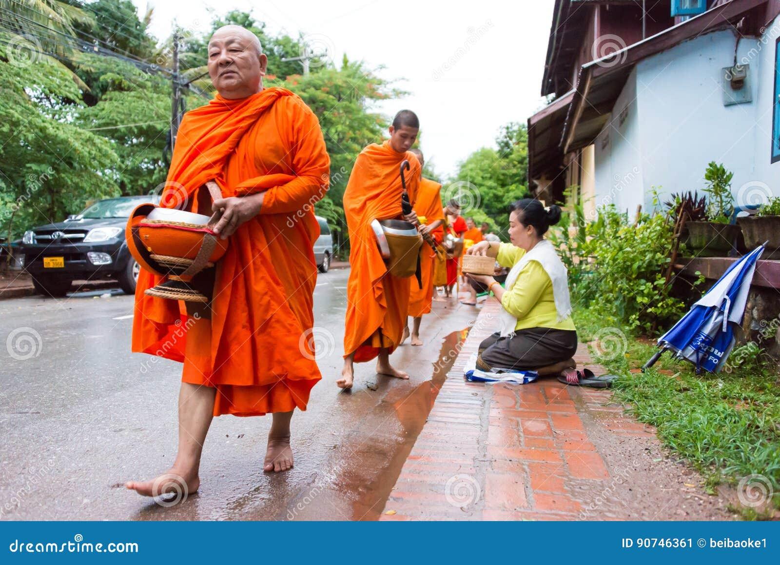 Luang Prabang, Laos - 12 juin 2015 : Aumône bouddhiste donnant la cérémonie