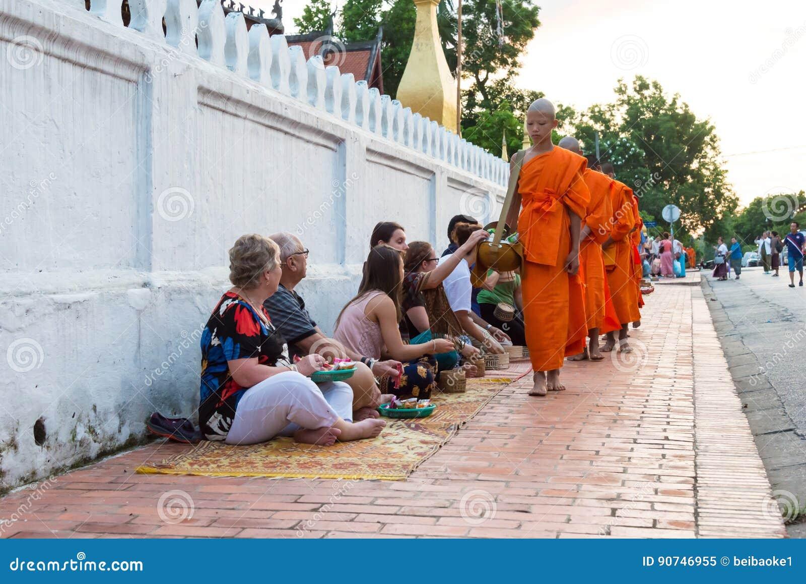 Luang Prabang, Laos - 13 juin 2015 : Aumône bouddhiste donnant la cérémonie