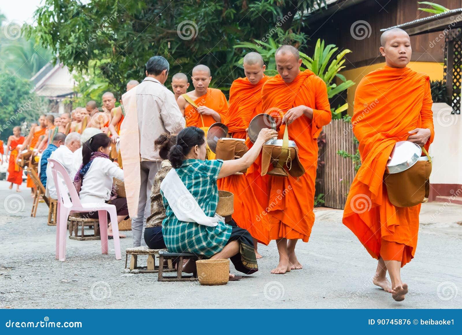 Luang Prabang, Laos - 7. März 2015: Buddhistische Almosen, die Zeremonie geben