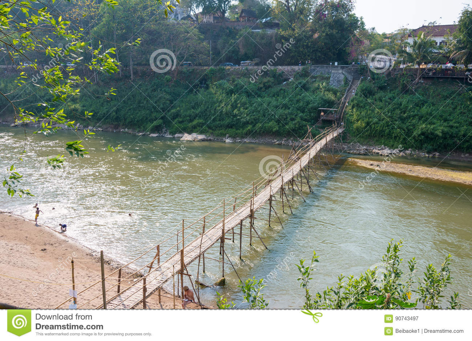 Luang Prabang, Laos - 5 mars 2015 : Pont en bambou chez Nam Khan Riv