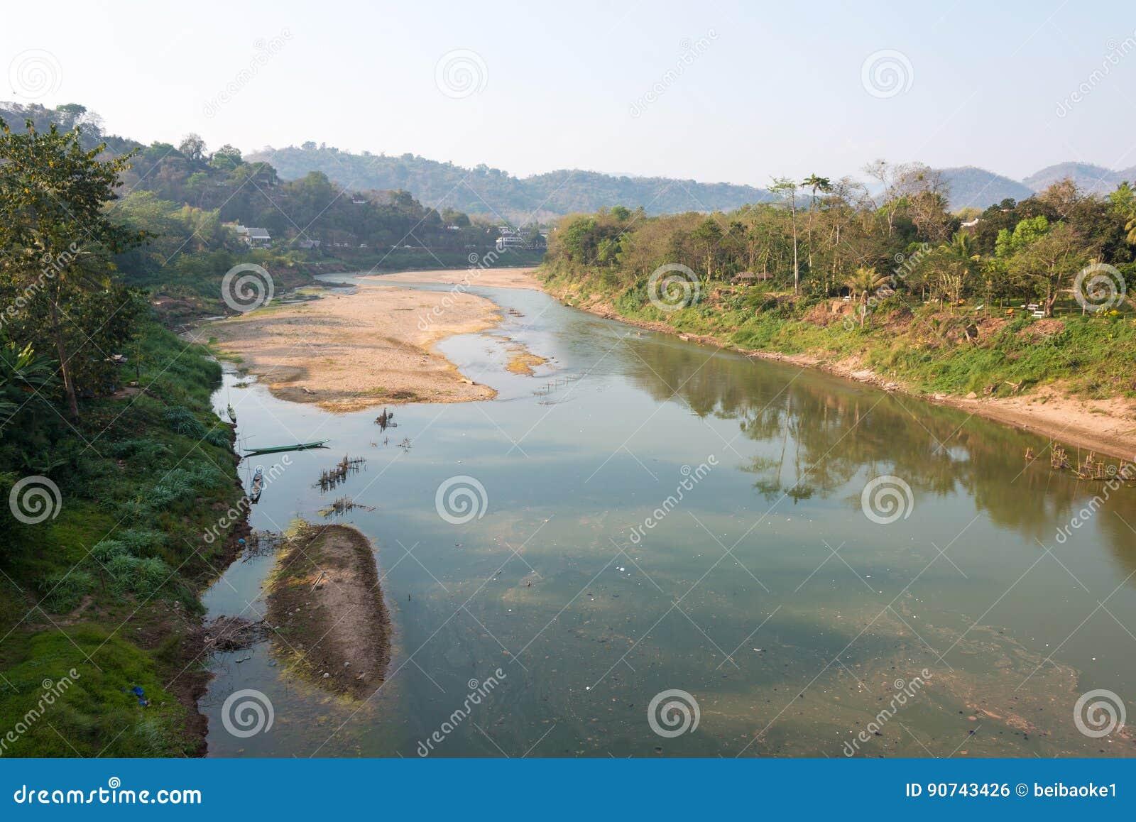 Luang Prabang, Laos - 5 marzo 2015: Nam Khan River a Luang Praba