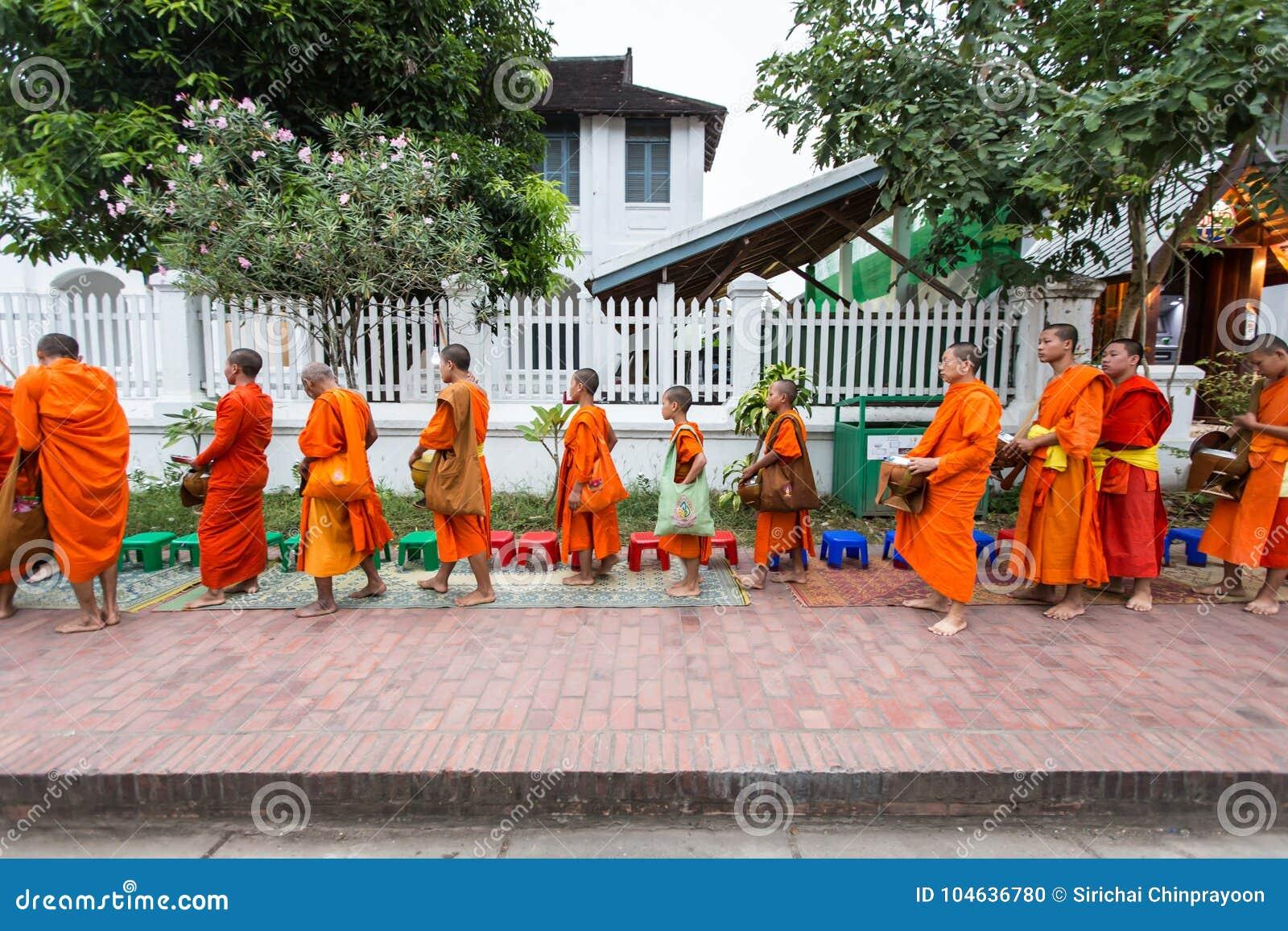 Download Luang Prabang, Laos - November 10, 2017: Boeddhistische Monniken In Luang Redactionele Afbeelding - Afbeelding bestaande uit monniken, straat: 104636780