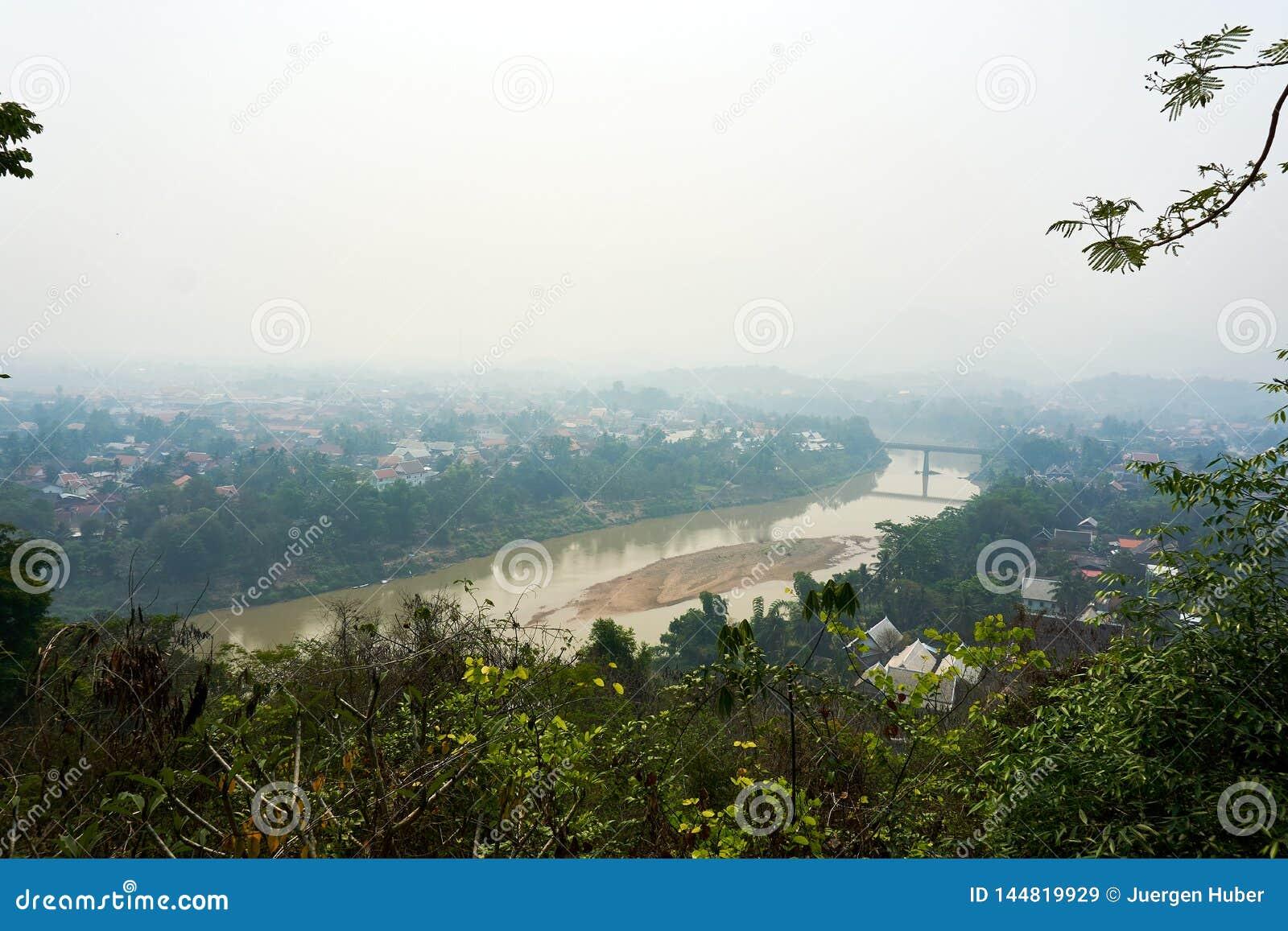 LUANG PRABANG LAOS O 14 DE ABRIL 2019: vista do si de Phou da montagem, si de Phu, monte alto no centro da cidade velha de Luang