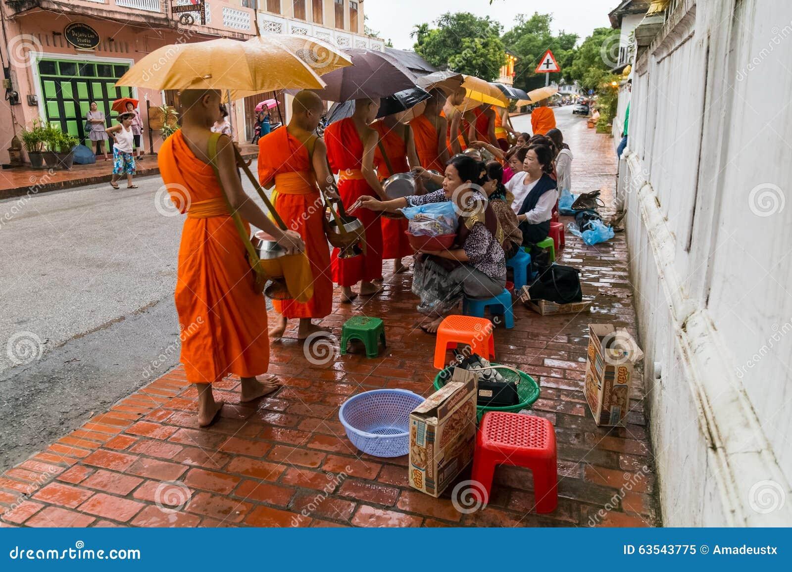 Luang Prabang, Laos - vers en août 2015 : Aumône traditionnelle donnant la cérémonie de la nourriture de distribution aux moines
