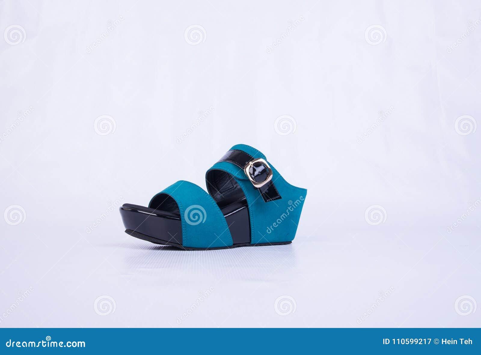 But lub błękitni kolor damy buty na tle