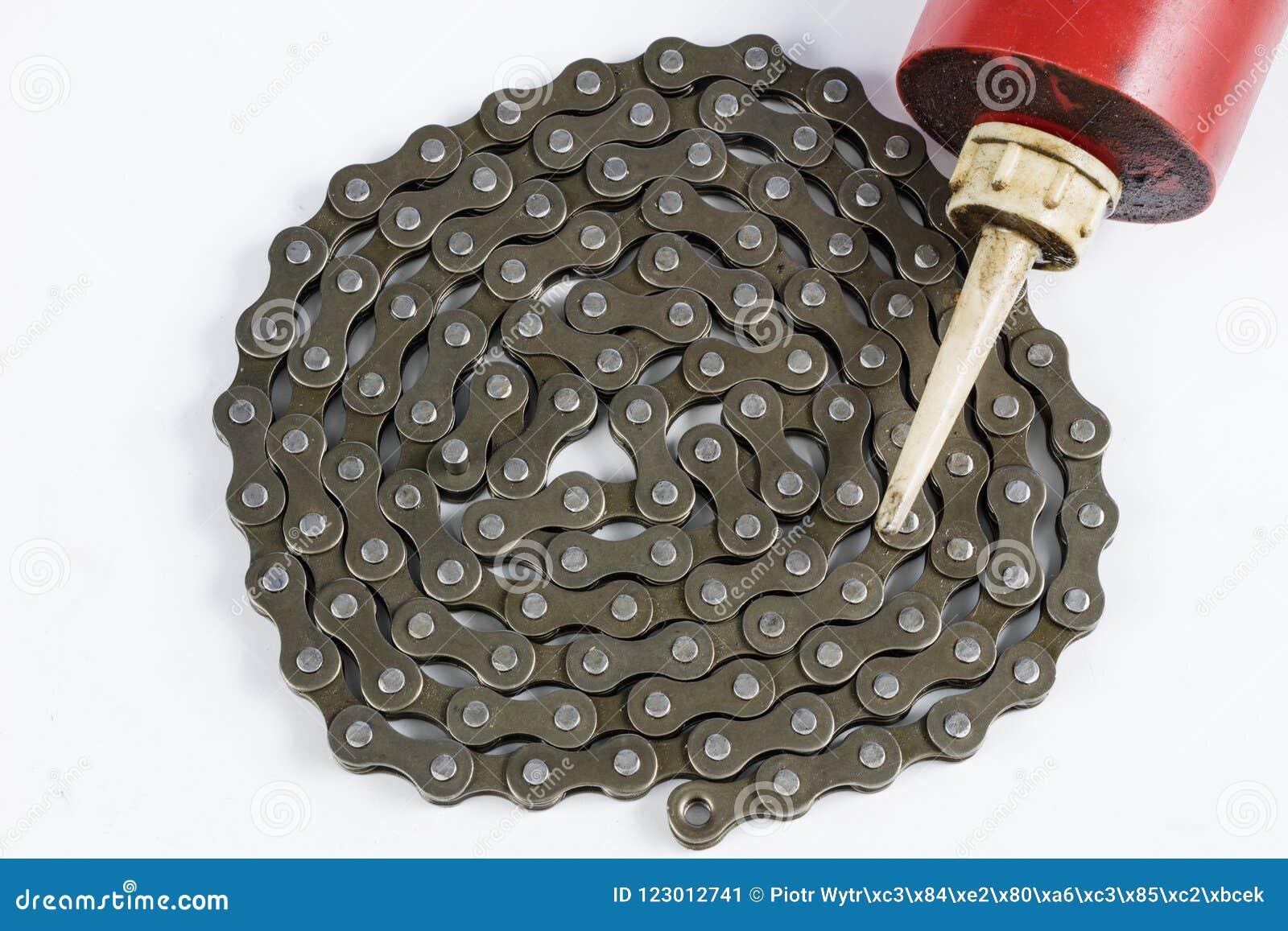 Lubrificando a corrente da bicicleta com o lubrificante líquido SE periódico