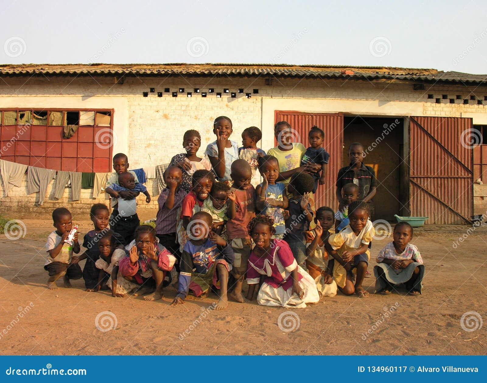 Lubumbashi, Demokratische Republik Kongo: Gruppe Kinder, die für die Kamera aufwerfen