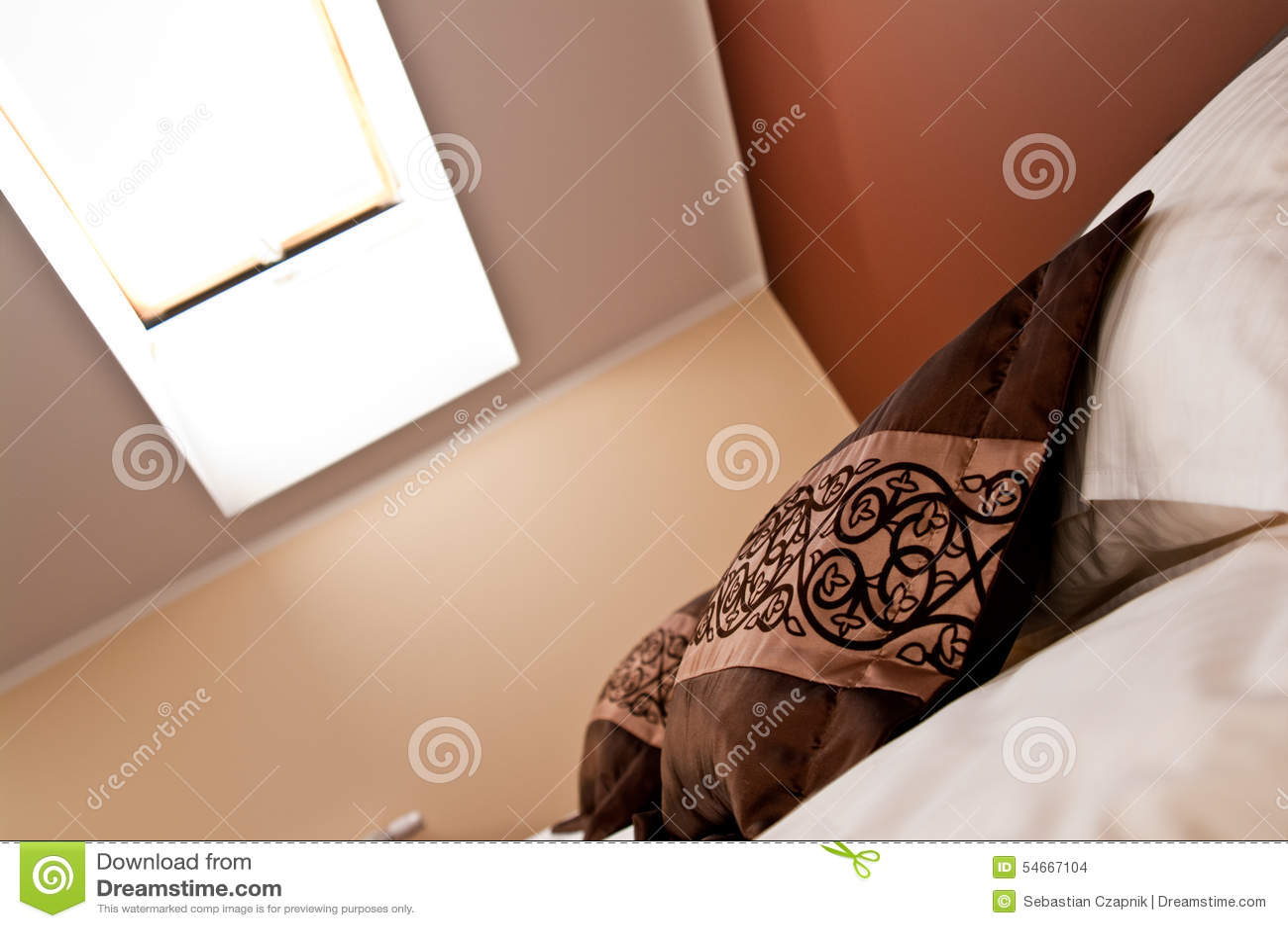 Lucarne au-dessus de lit dans la chambre à coucher