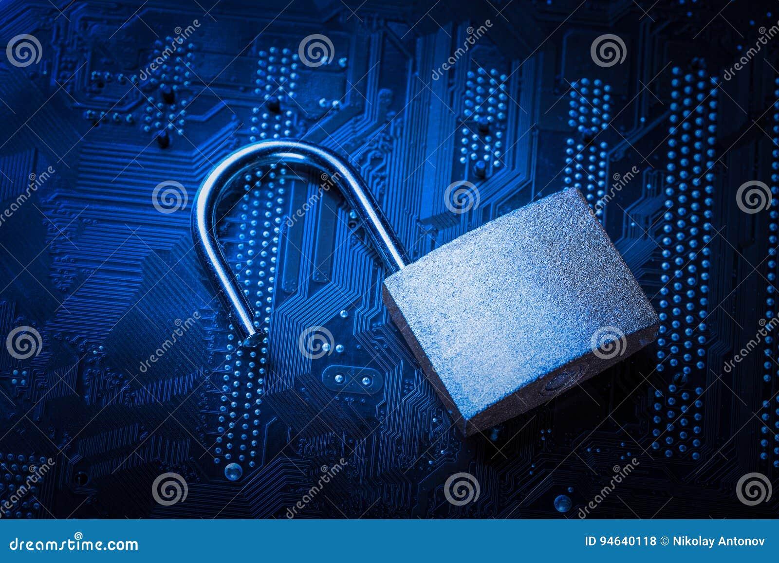 Lucchetto aperto sulla scheda madre del computer Concetto di sicurezza dell informazione di segretezza di dati di Internet Immagi
