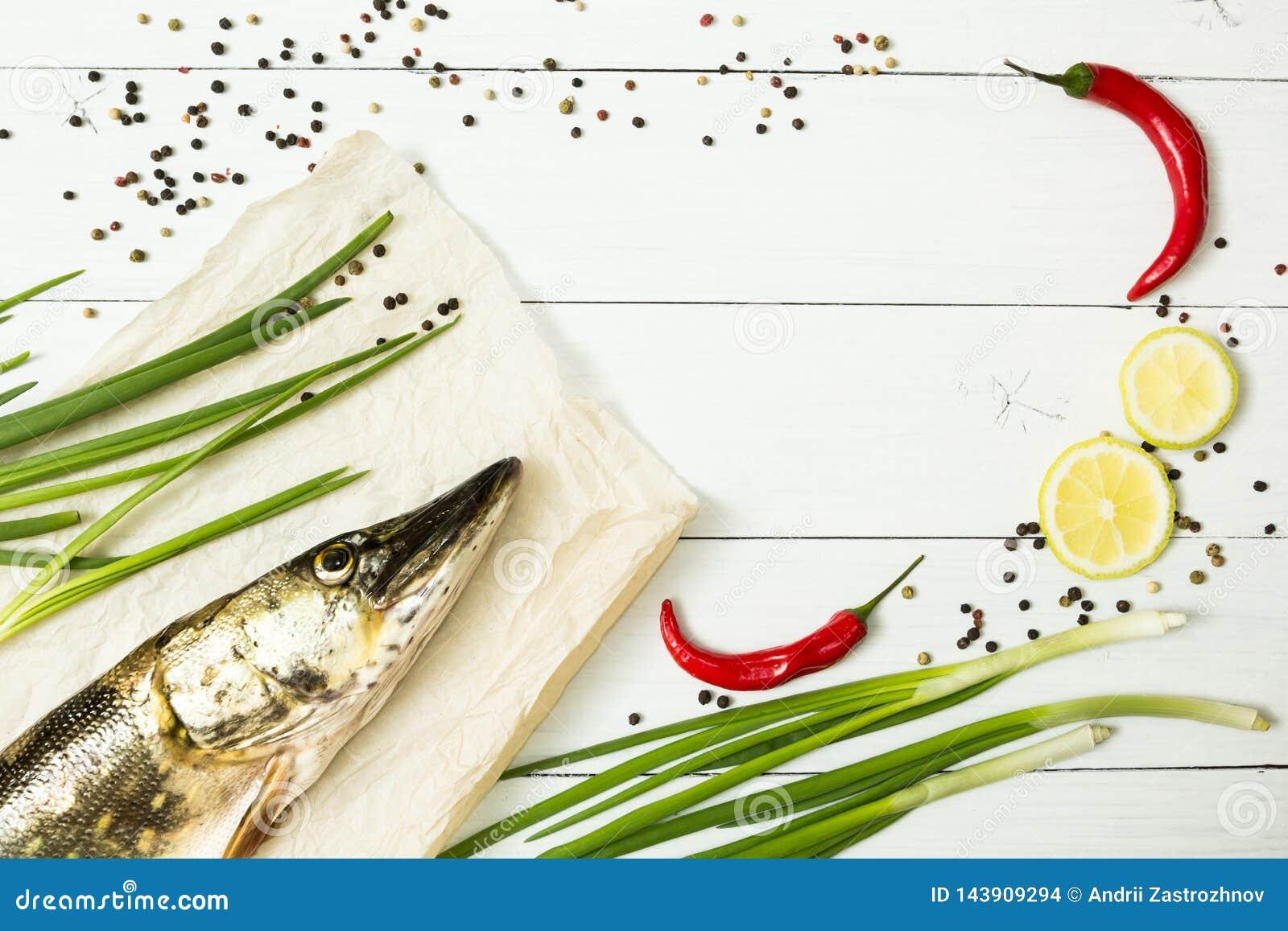 Luccio fresco con le spezie su una tavola di legno bianca Alimento dietetico, pesce del fiume