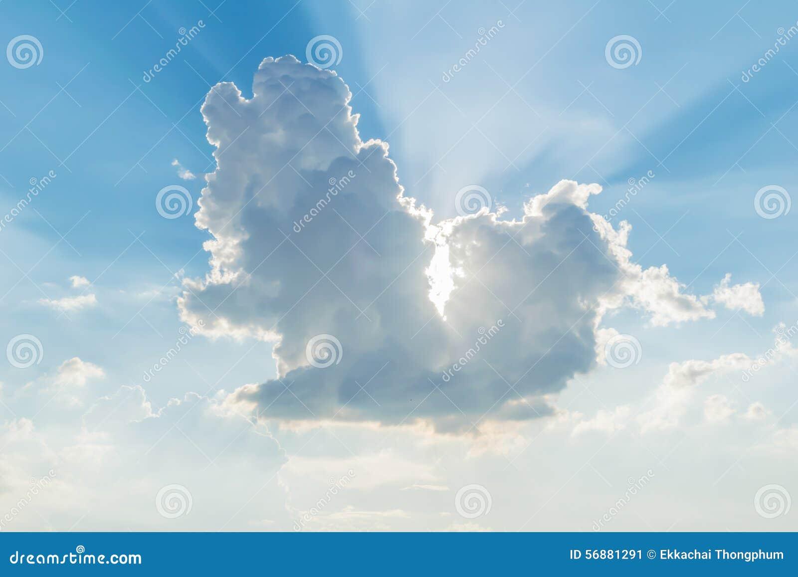 Luce attraverso il bello cumulo con il fondo del cielo