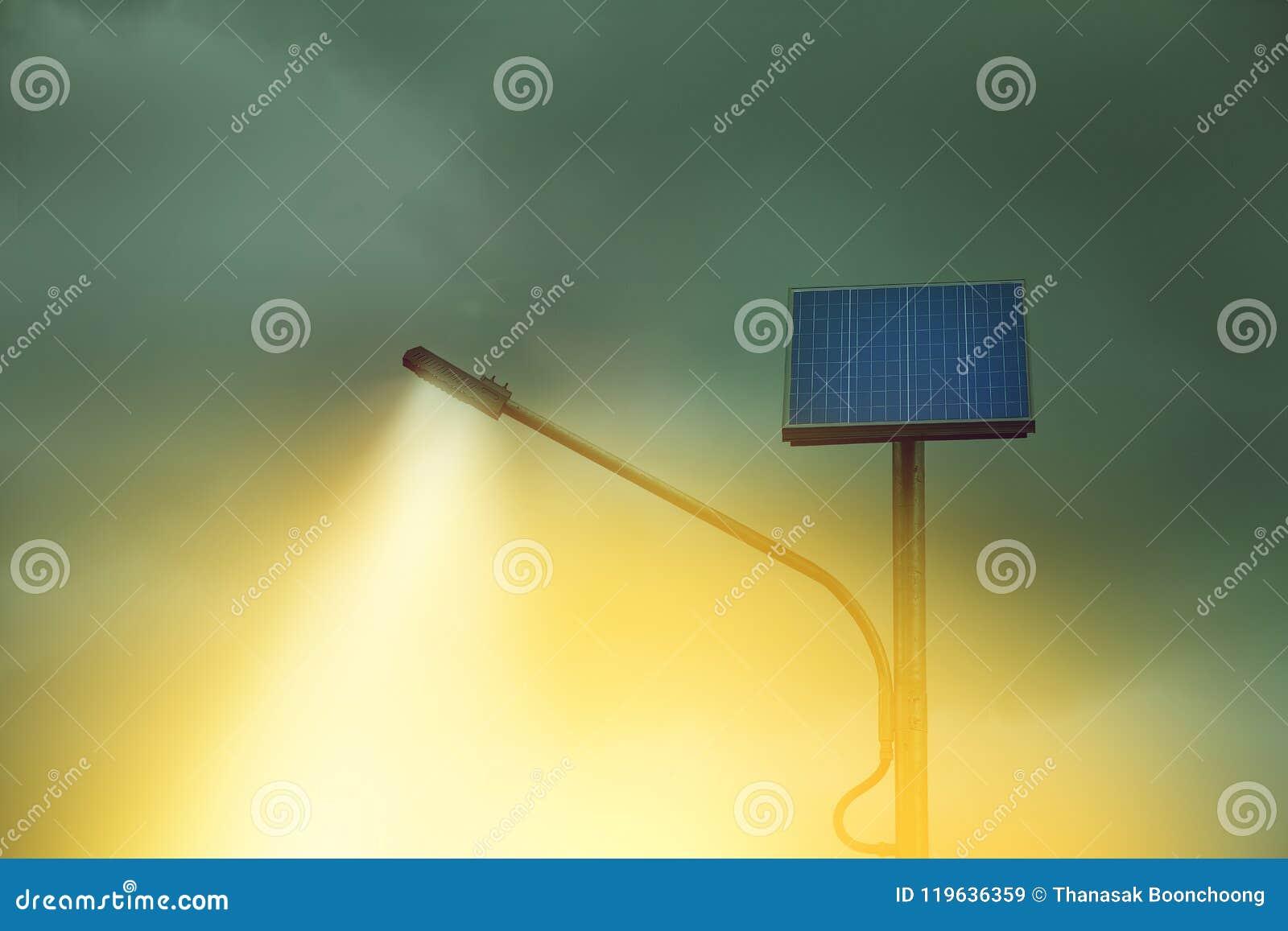 Luce dai pali di illuminazione della via con il pannello