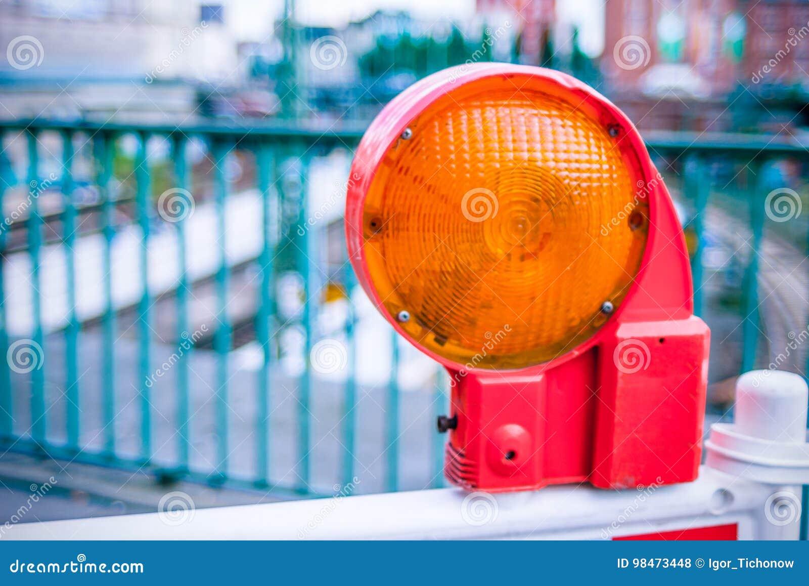 Luce di barriera d avvertimento della via della costruzione arancio sulla barriera Costruzione di strade sulle vie delle città eu