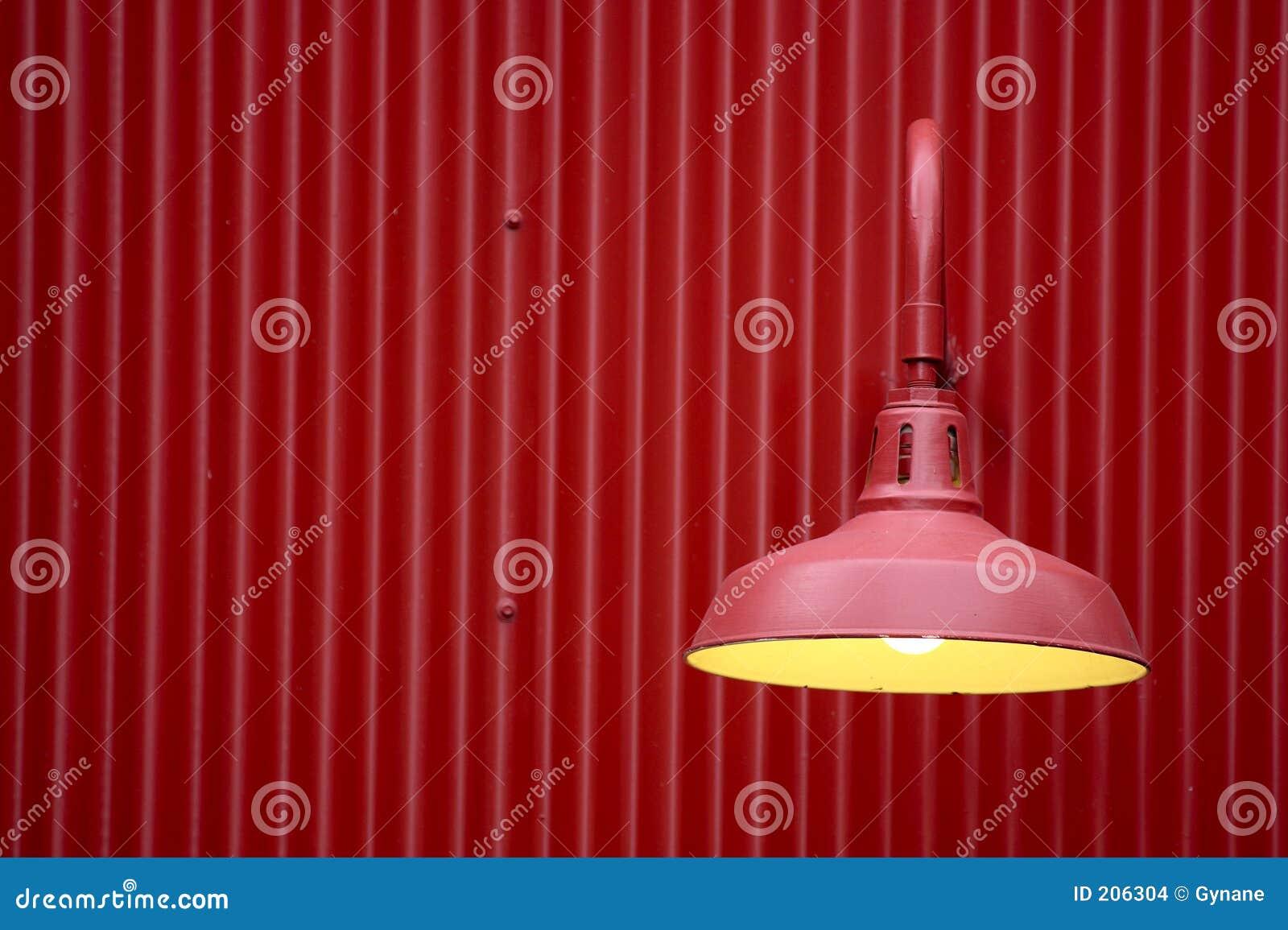 Luce rossa contro la priorità bassa rossa del metallo