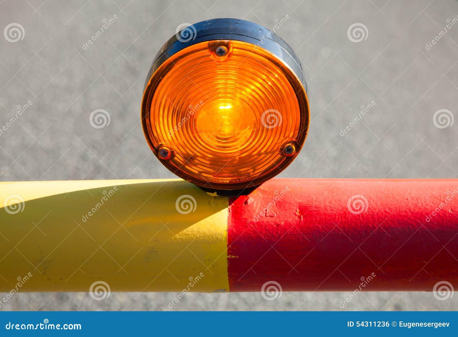 Luce rossa sulla barriera automatica della strada