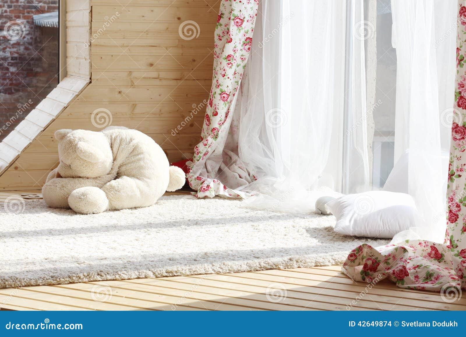 Luce solare dalle finestre con le tende bianche tappeto lanuginoso fotografia stock immagine - Finestre in legno bianche ...