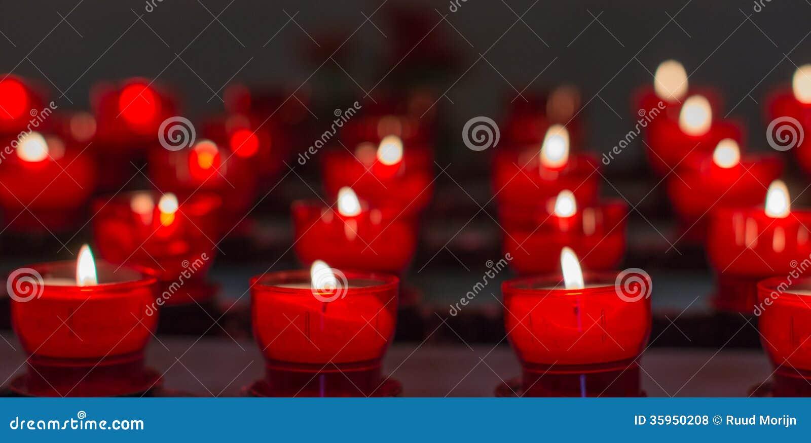 Luces ardientes del té en una pequeña capilla