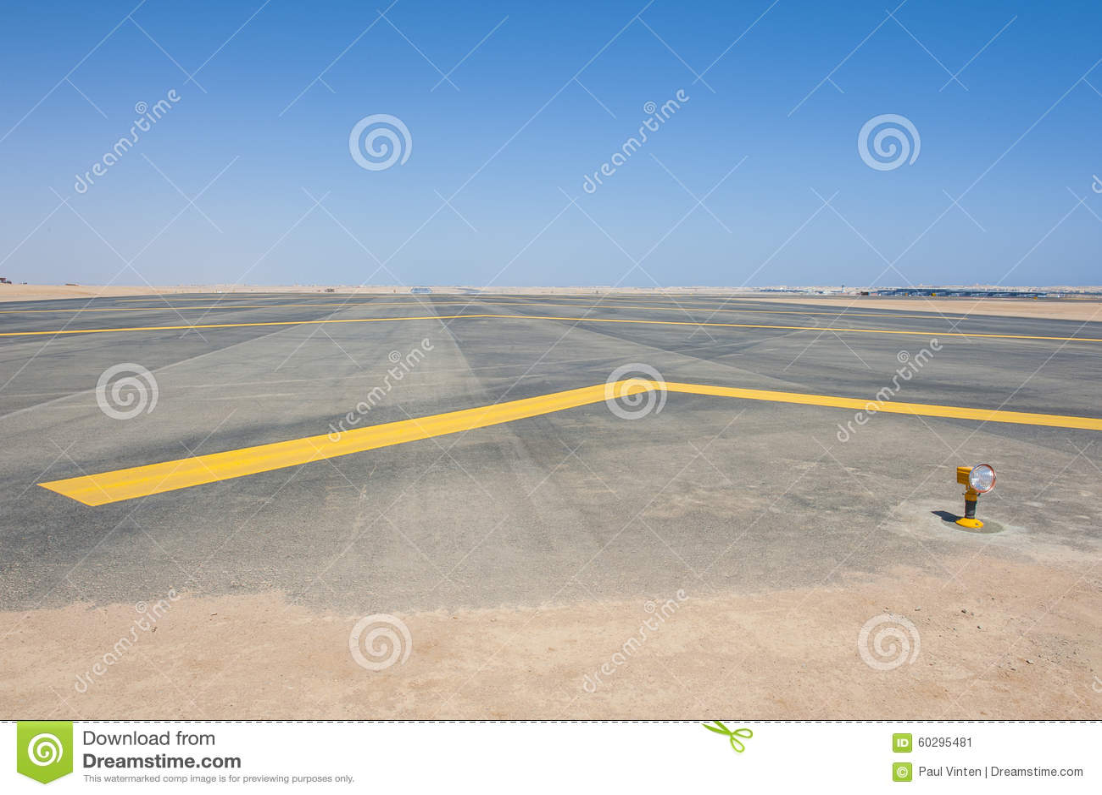Luces de acercamiento en una pista del aeropuerto