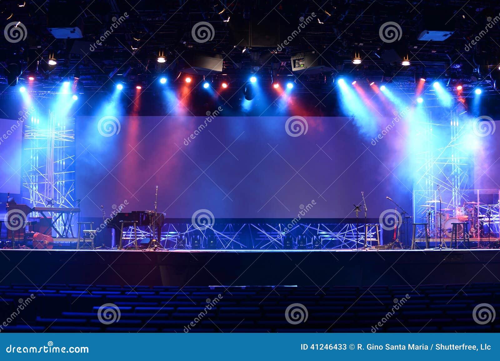 Luces de la etapa antes del concierto