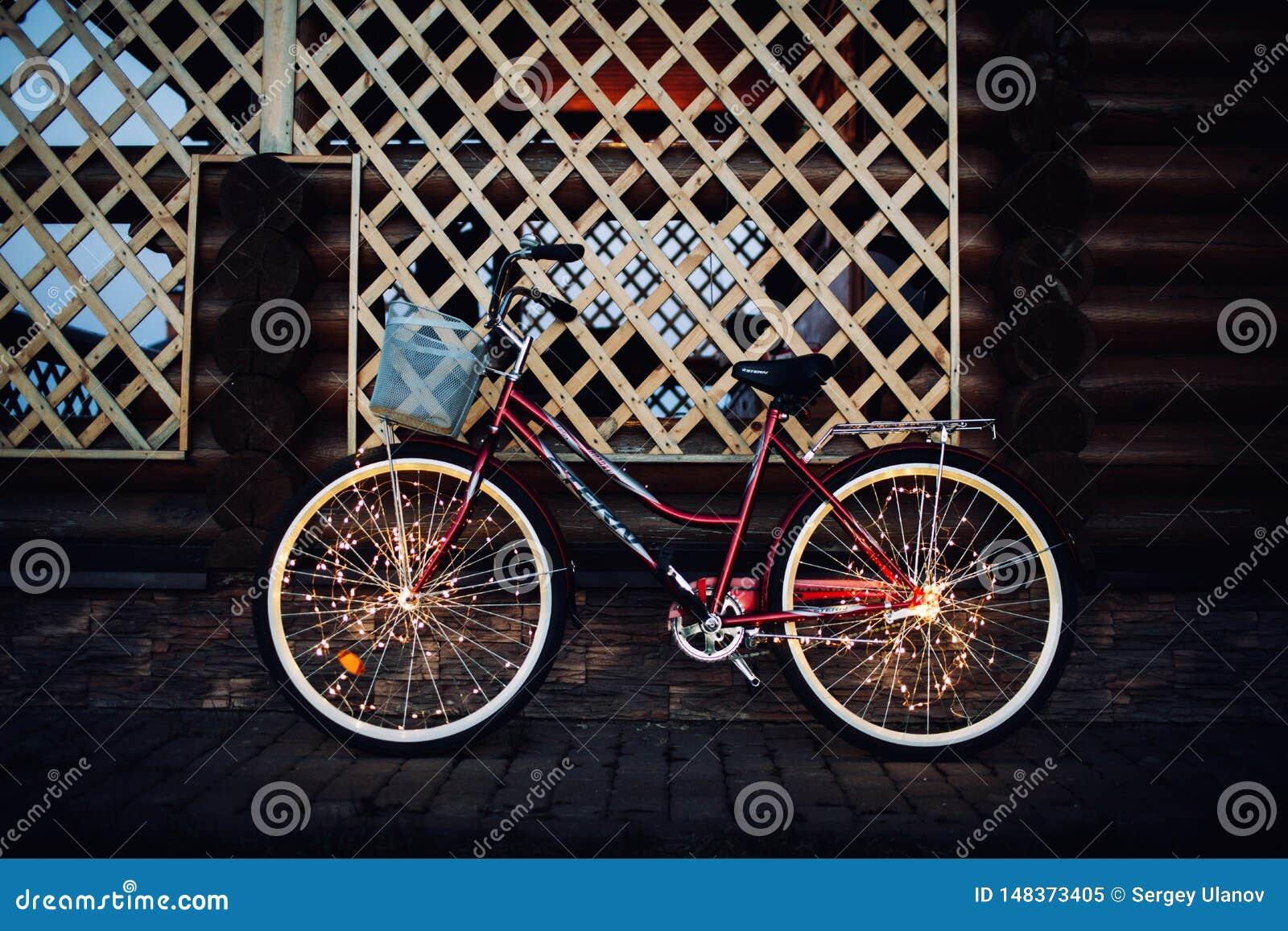 Luces de la Navidad en textura del fondo de la bici en ciudad