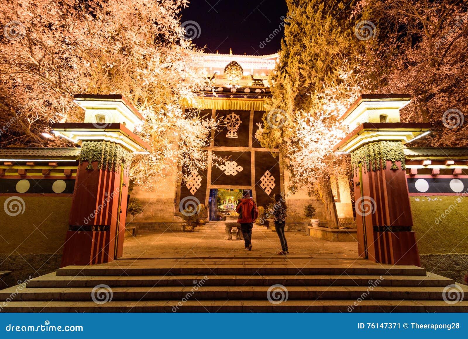 Luces de la noche del templo en Shangri-La, China