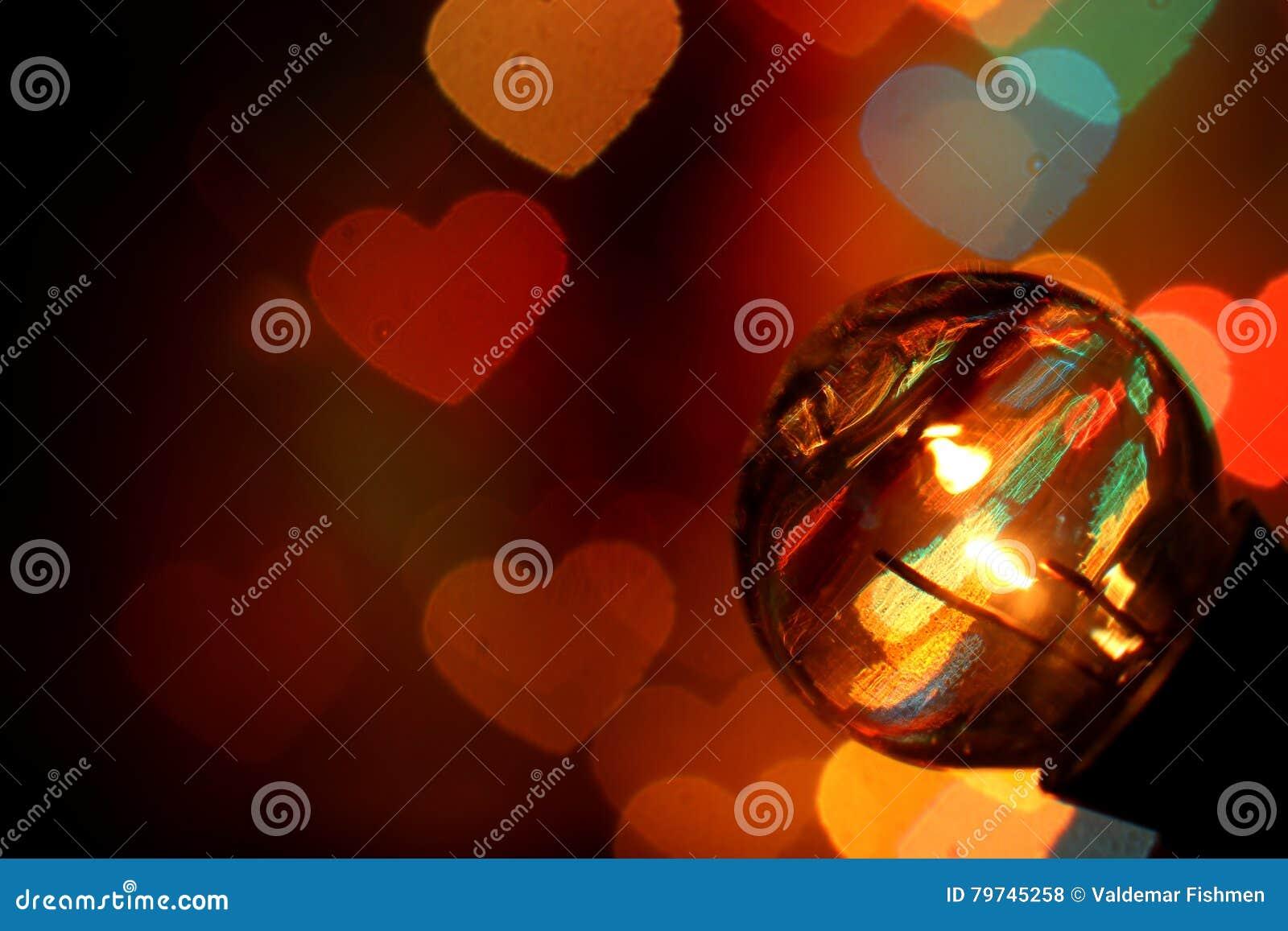 Luces retras de la lámpara del bulbo con los corazones del bokeh