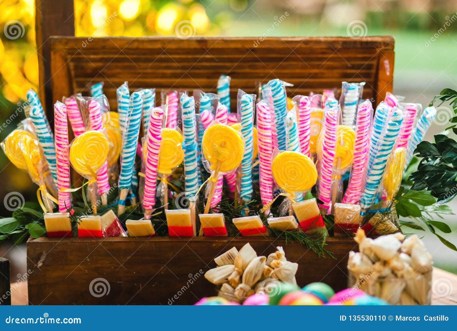 Lucettes colorées et sucrerie colorée différente sur une boîte en bois