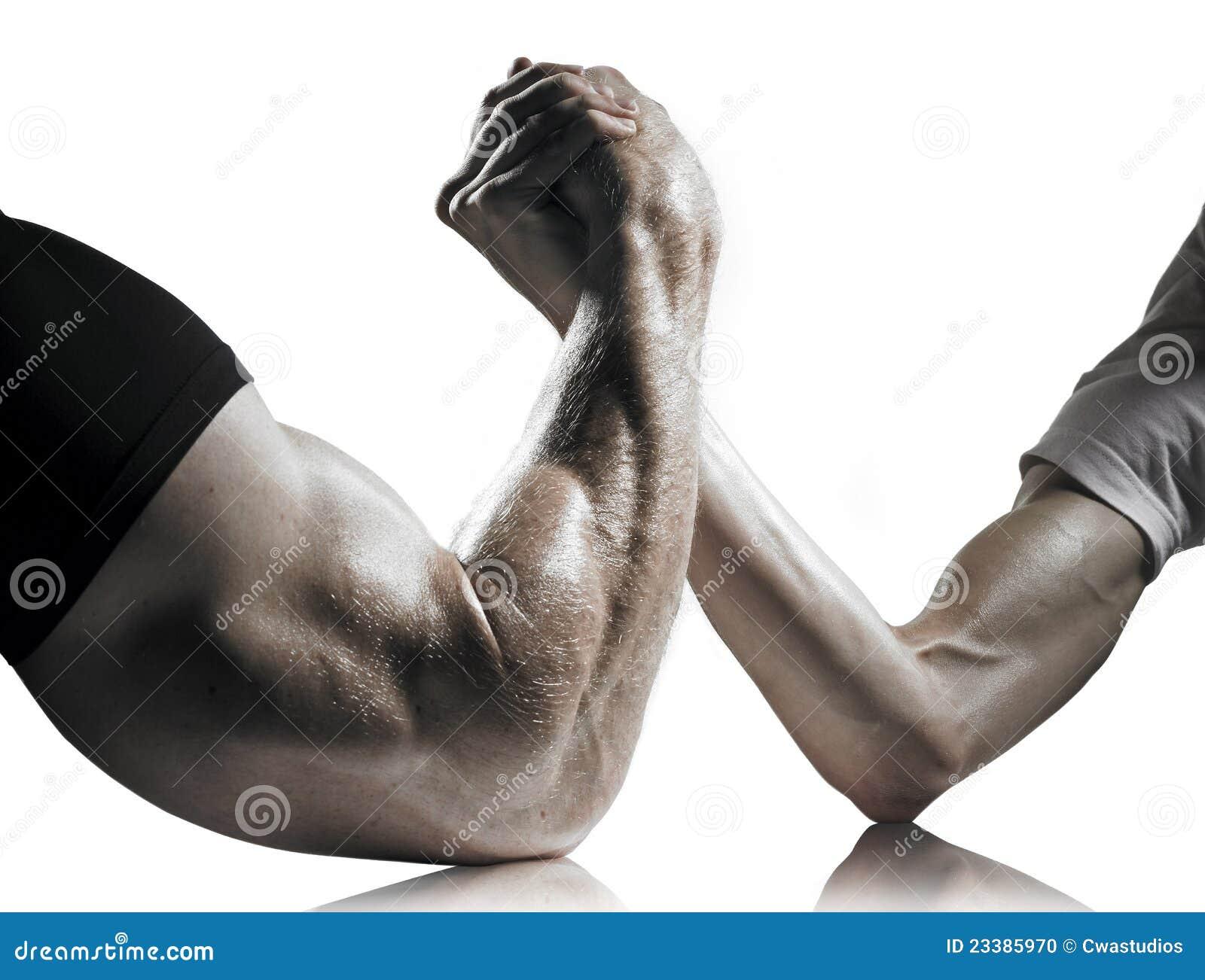 Lucha de brazo fuerte y débil de los hombres
