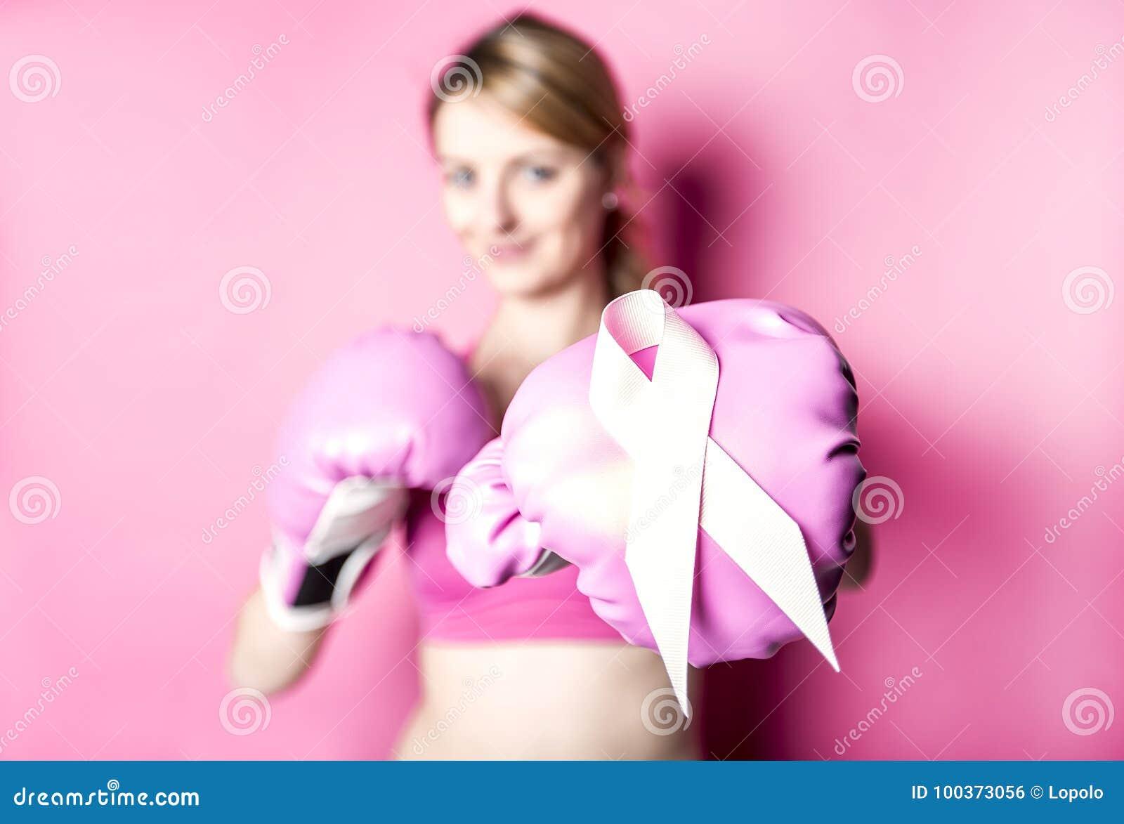 Luche para la mujer del cáncer de pecho con símbolo en fondo rosado