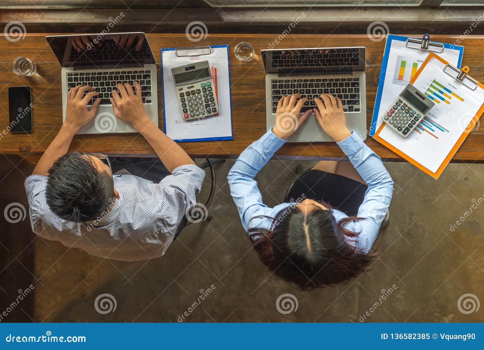 Lucht Bedrijfshoek: Aziatische bedrijfsmensen die laptop en het werken gebruiken