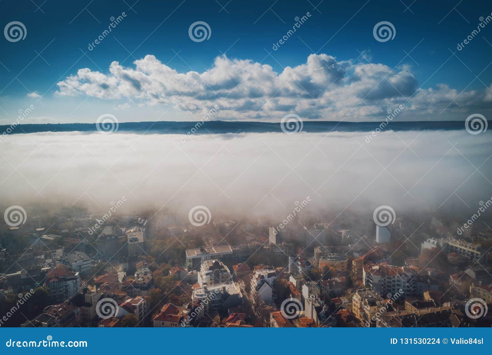 Lucht de hommelmening van Varna, Bulgarije Mooi panorama van de stad van Varna met ochtendmist