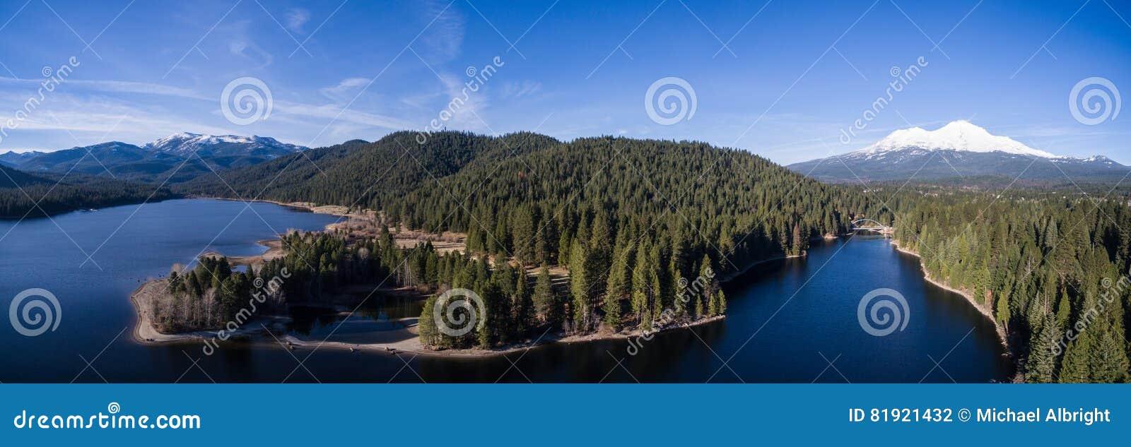 Lucht - het Meer van Siskiyou en zet Shasta, Californië op