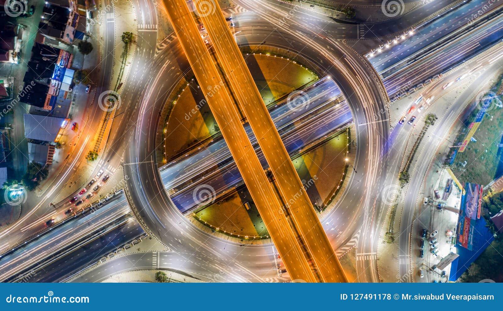 Lucht hoogste de rotondekruising van de meningsweg in de stad bij nigh