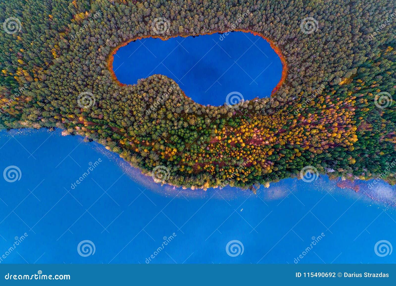 Lucht hoogste mening van twee meren in bos