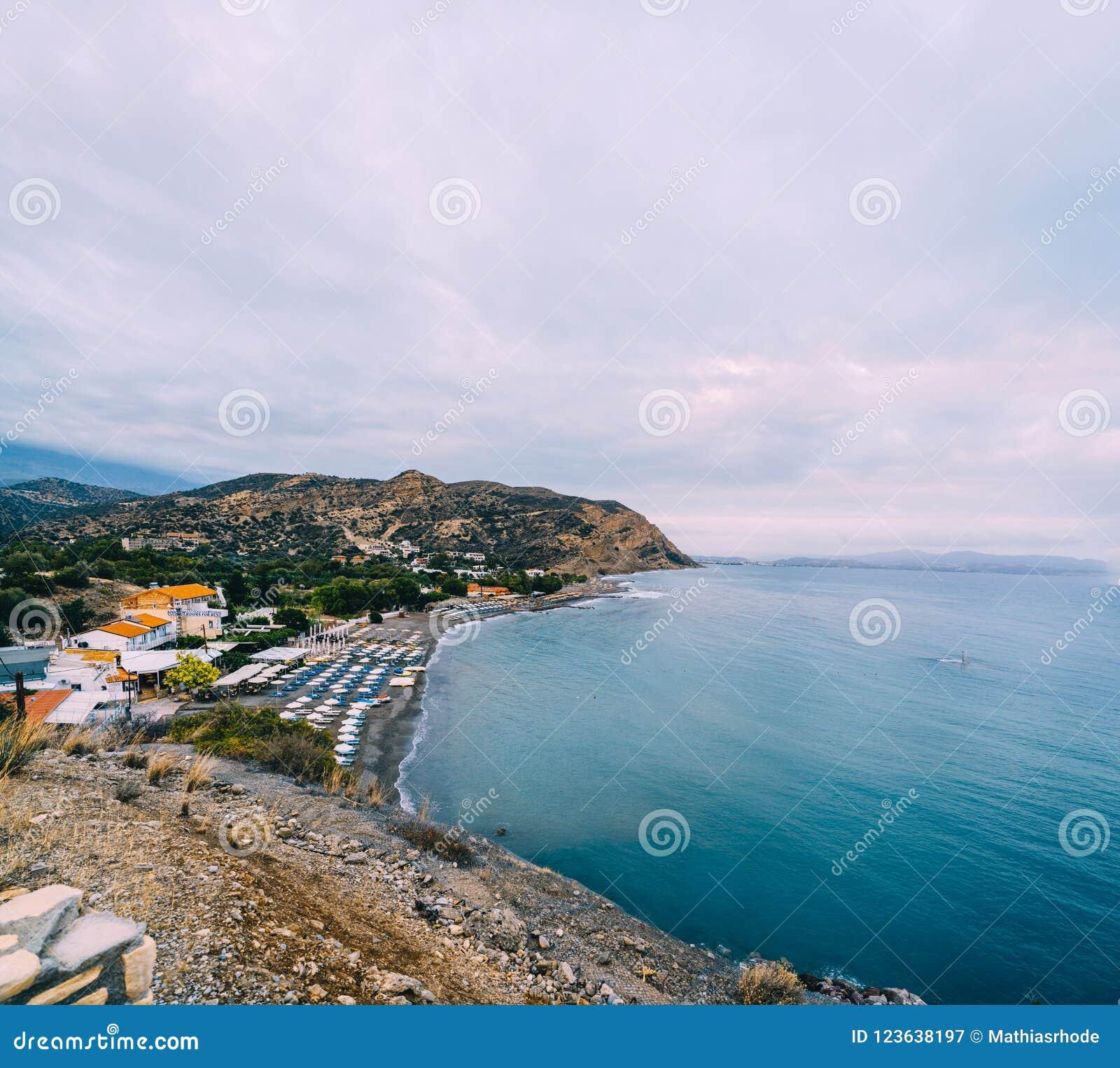 Lucht Hoogste Panoramamening van het strand van Aghia Galini bij het eiland van Kreta in Griekenland De kust van het zuiden van h