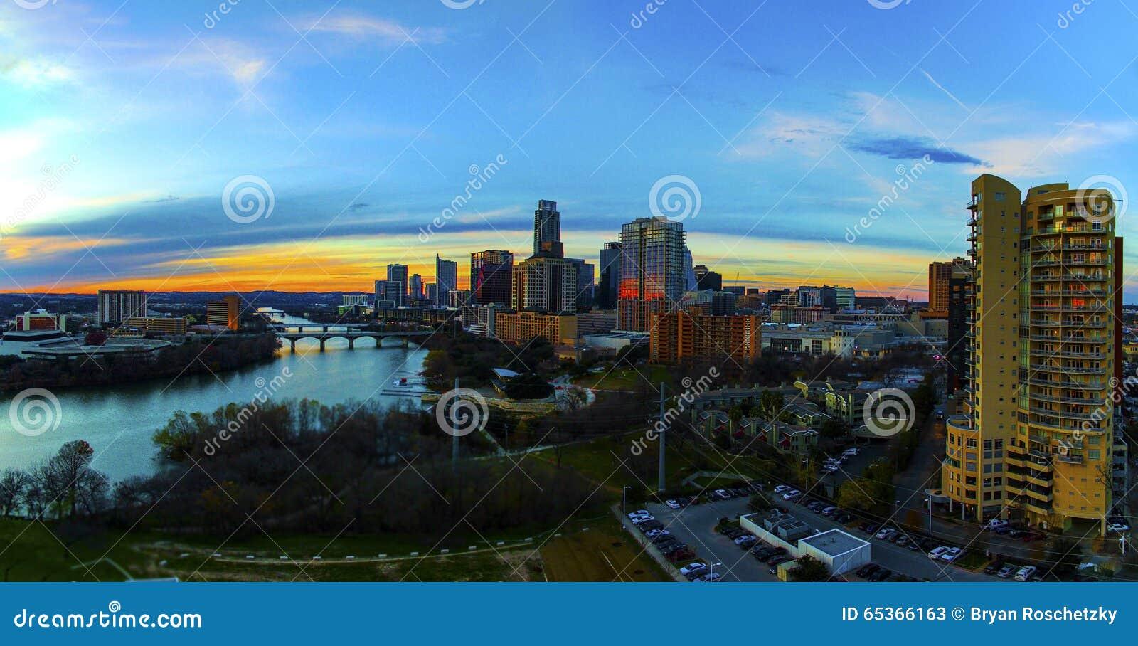 Lucht Lange het Flatgebouw met koopflatsvoorgrond Austin Texas Capital Cities Glowing van de Horizonzonsondergang bezig bij nacht