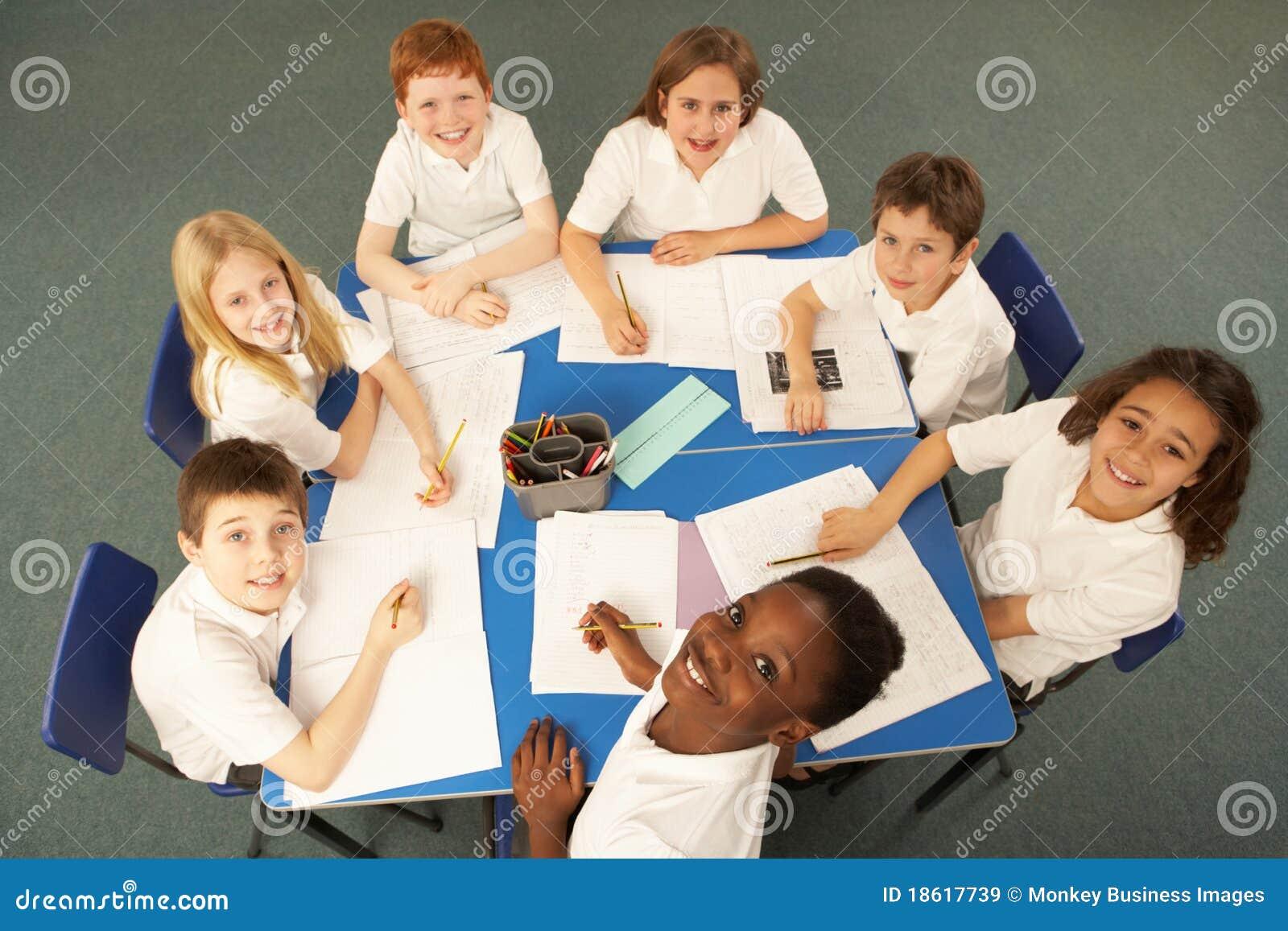 Lucht Mening van Schoolkinderen die samenwerken