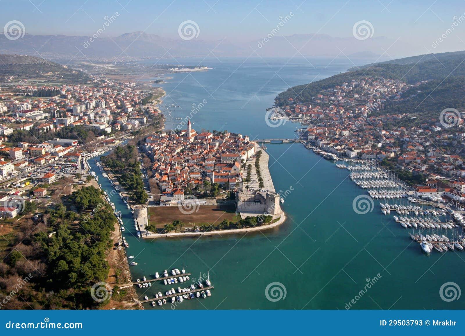 Lucht mening van Trogir oude Unescostad met jachthaven