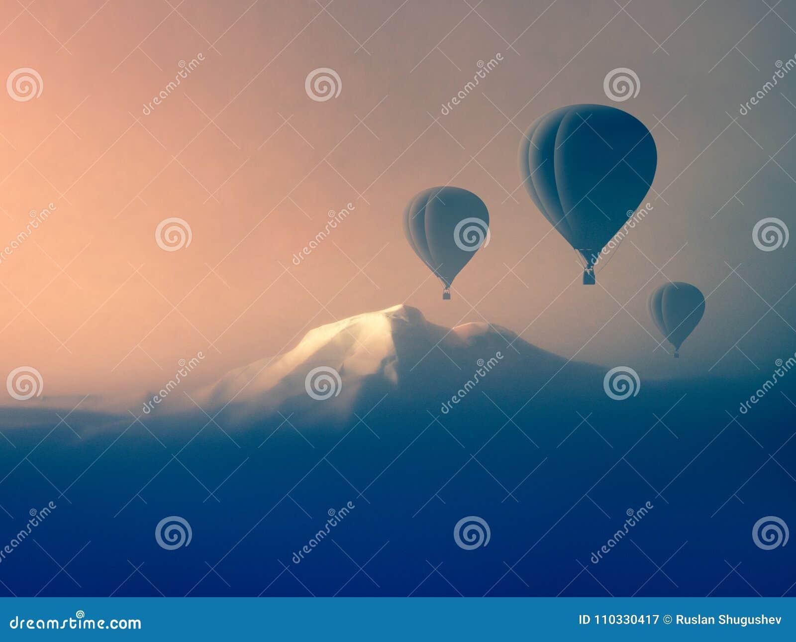 Luchtballon die in de bergen vliegen