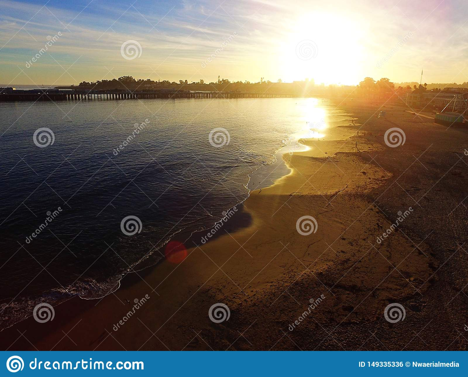 Luchtbeeld van een vreedzame oceaanstrandzonsondergang Santa Cruz, Californië