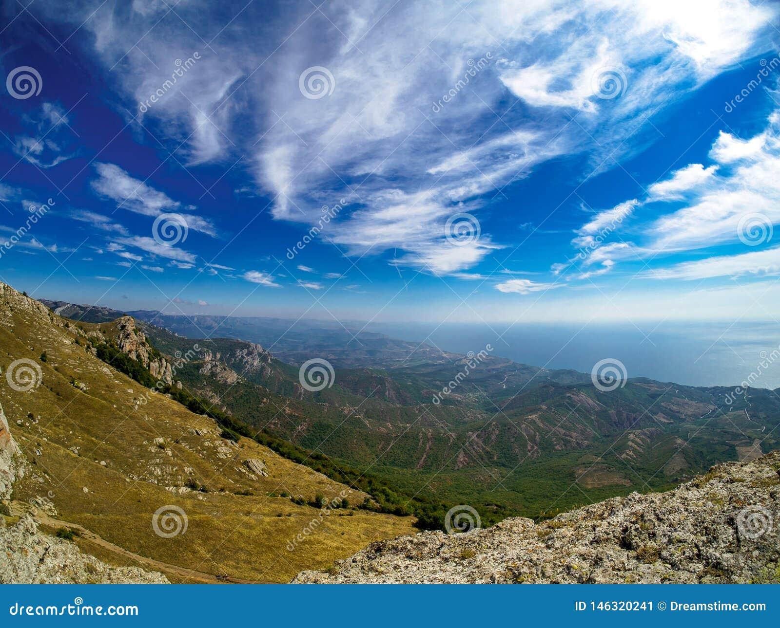 Luchtberglandschap met blauwe hemel en overzeese oever
