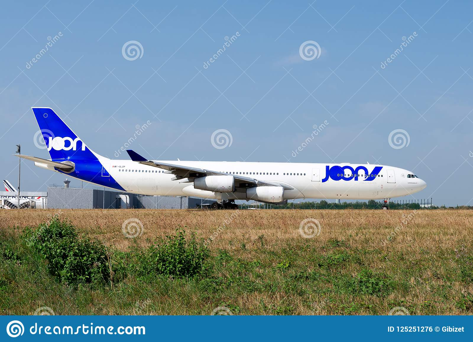 Luchtbus A340-313 van Joon op het tarmac van Parijs CDG