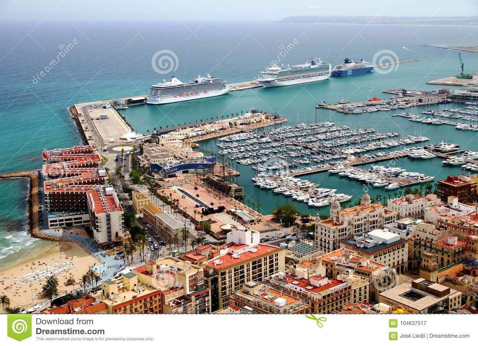Download Luchtdiemening Van Cruises In De Haven Van Alicante Worden Gedokt Redactionele Fotografie - Afbeelding bestaande uit lucht, oceaan: 104637517