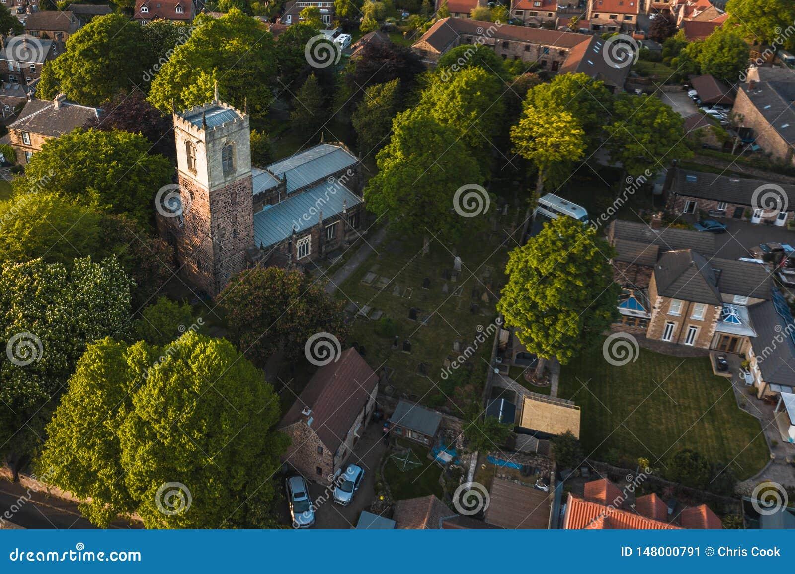 Luchtdieschot van St Helen kerk in Treeton, het UK wordt gevonden