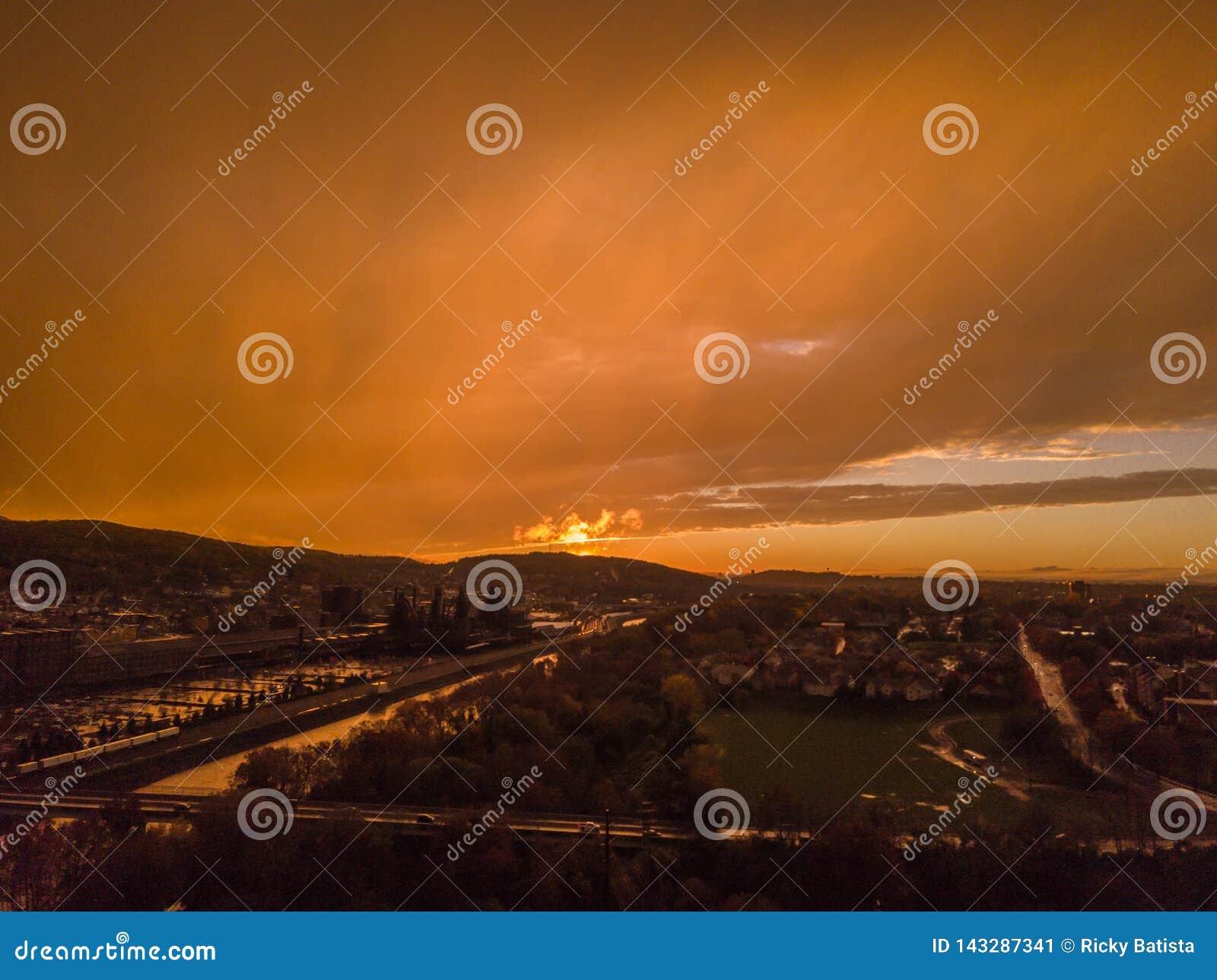 Luchtdiezonsondergang van zeer bewolkte hemel wordt geschoten