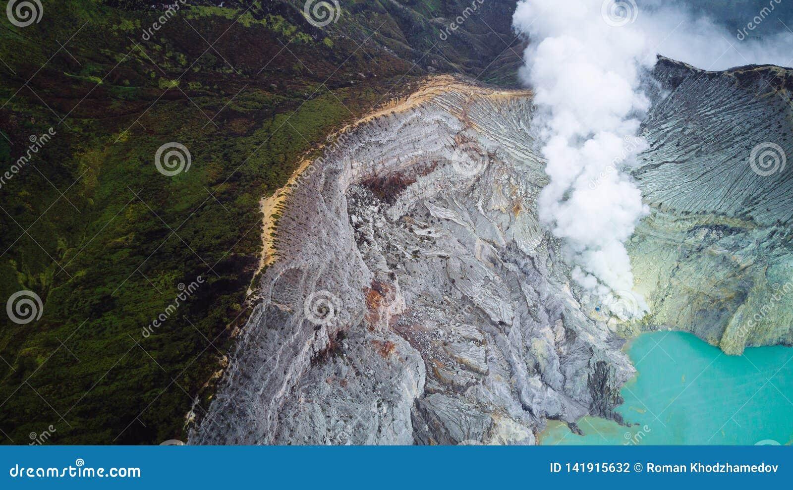 Luchtfoto van vulkaan Ijen in Oost-Java, Indonesië Zuurrijk kratermeer met turkoois zwavelachtig water