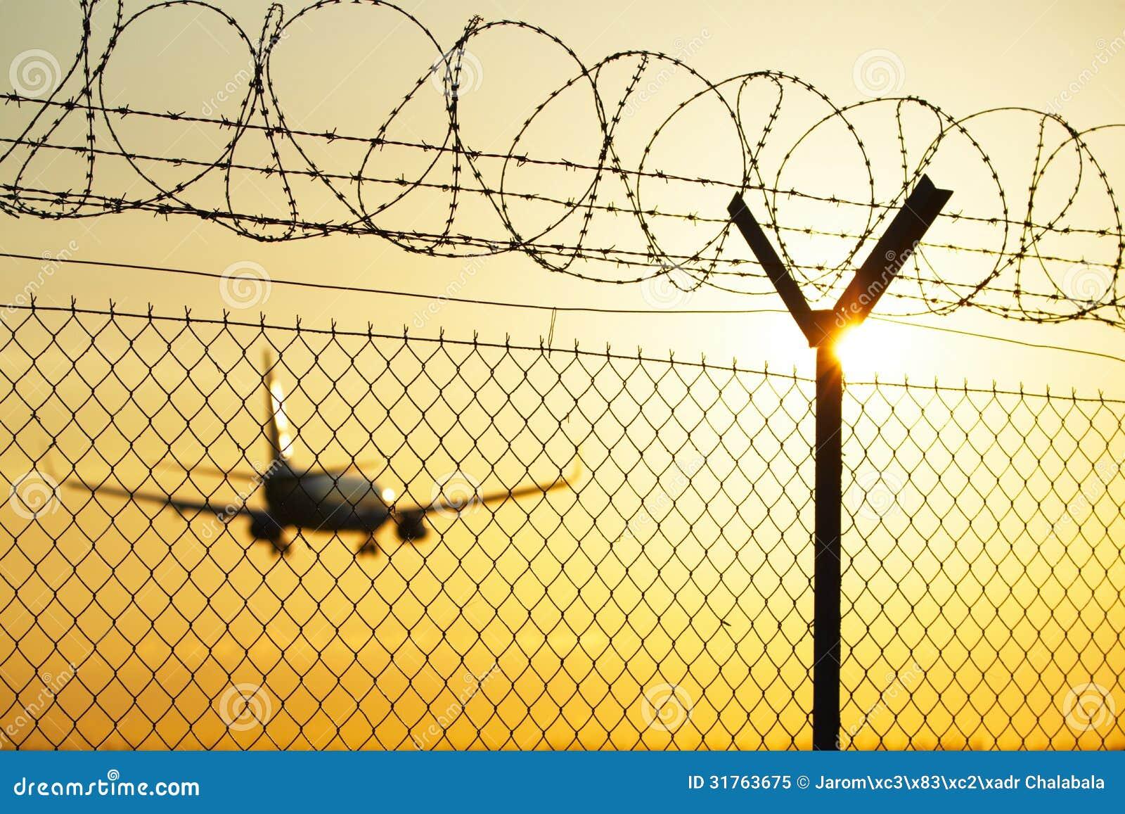 Luchthaven bij de zonsondergang