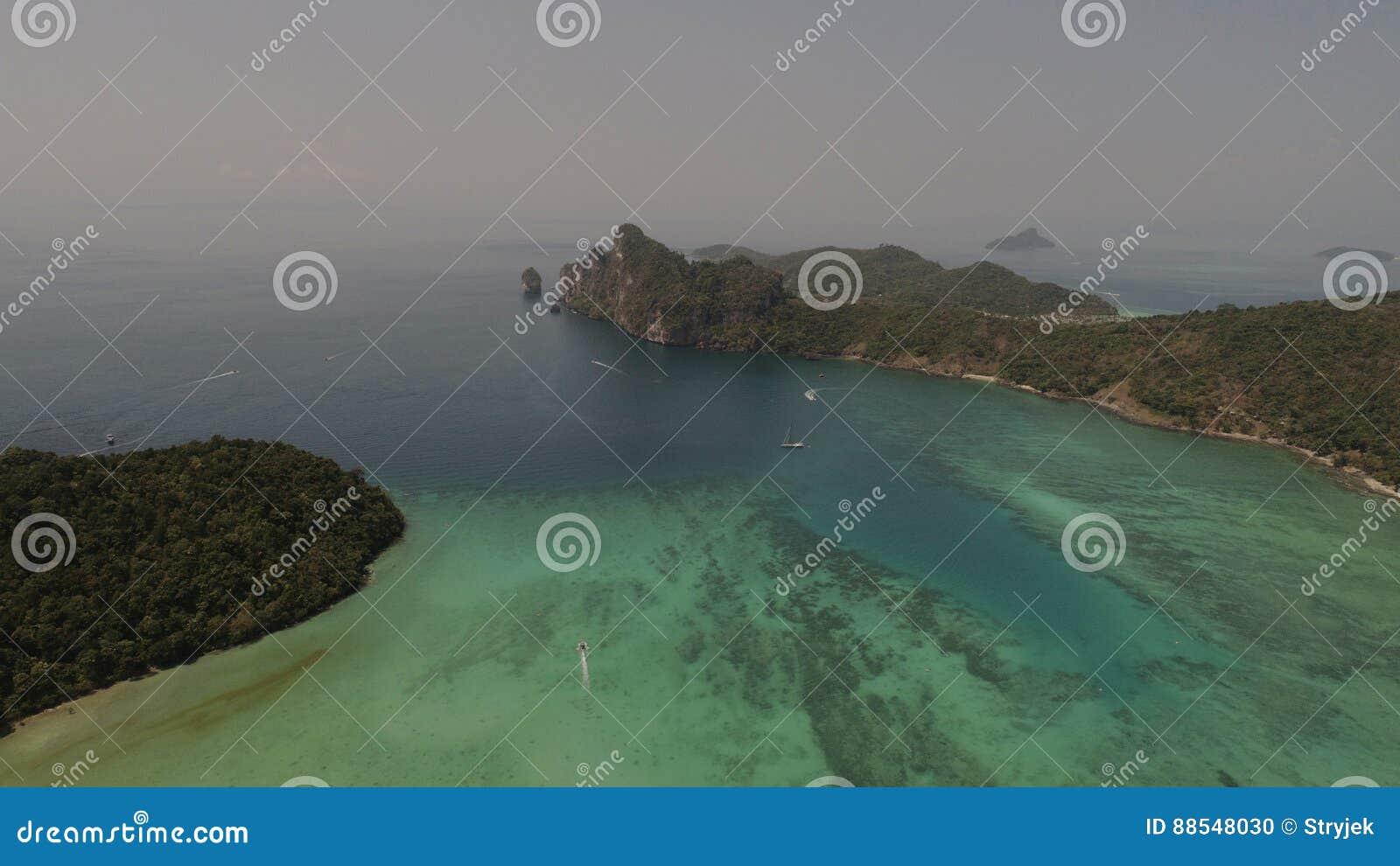 Luchthommelfoto van overzees en kustlijn van iconisch tropisch strand van Phi Phi-eiland